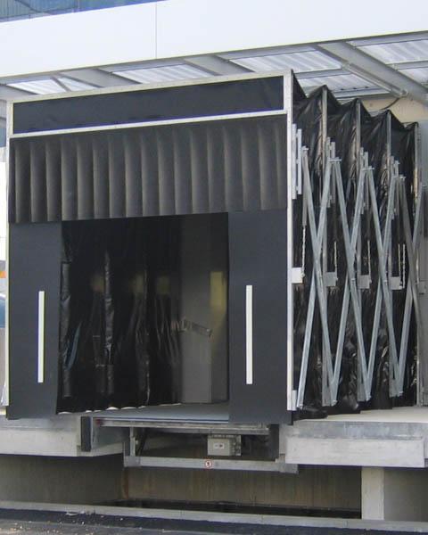 Faltenschleusen in der Verladetechnik für große Abstände zwischen LKW und Verladerampe