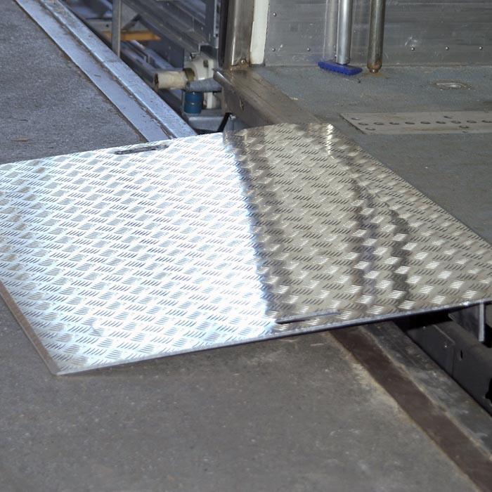 mobile AWB-Überfahrbrücke aus robustem, hochwertigem und rutschsicherem Aluminium von mehwa-Verladetechnik