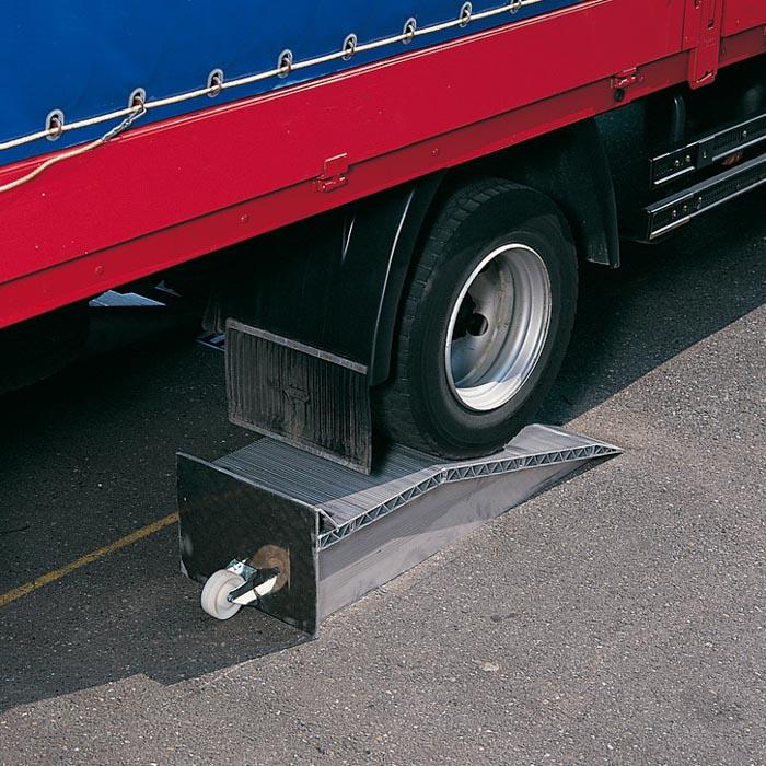 Als LKW-Überfahrbrücke: Aluminium Auffahrkeilen lassen sich Höhenunterschiede zwischen Fahrzeug und Laderampe