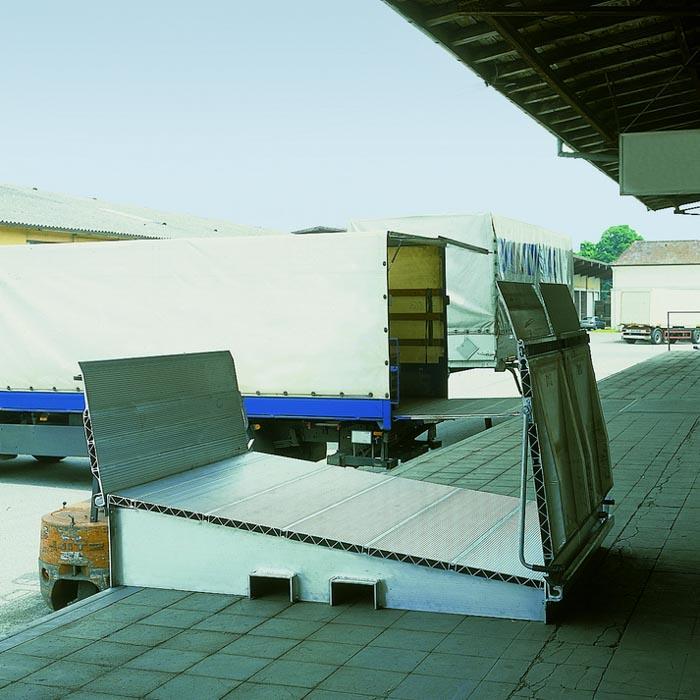 Dreiteilige, mobile Überladebrücke MBD für große Höhenunterschiede zwischen Lkw und Laderampe