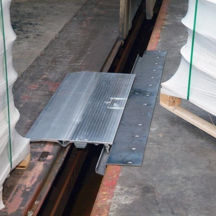 Überladebrücke für Verbindung zwischen Güterwaggon und Bahnrampe